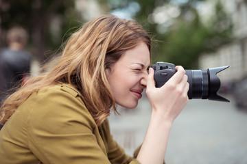 frau fotografiert in der stadt mit einer digitalkamera