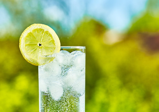 Sparkling water and lemon slice