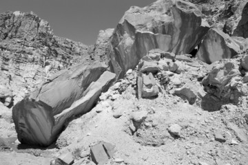 B&W huge rocks shapes gestalt.