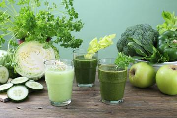 frullato di verdure sfondo verde