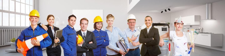 Architekt und Arbeiter in einer Wohnung