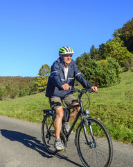 gutgelaunter Senior beim Radfahren