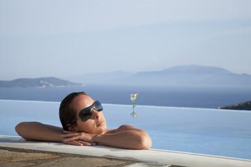 Hübsche Frau entspannt im Infinity Pool