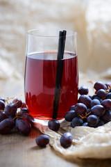 Fototapete - Roter Traubensaft mit frischen Früchten