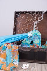 vintage Koffer gepackt für Sommerurlaub
