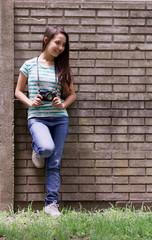 adolescente sonriendo y sacando fotos