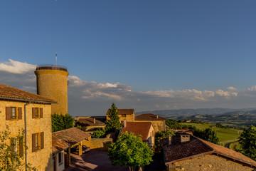 Vue sur la tour depuis l'église d'Oingt au pays des Pierres Dorées