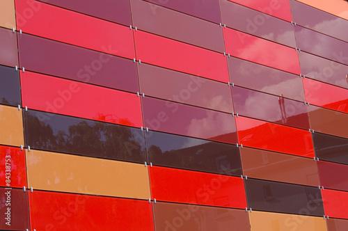 Glasfassade bunt  Bunte Glaskacheln an moderner Glasfassade