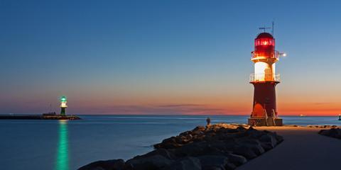 Leuchttürme (Molenfeuer) am Hafen von Warnemünde bei Nacht