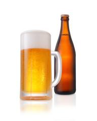 ビール/ビールジョッキと茶色のビール瓶、水滴が付いていて冷たさを演出しています。