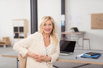 kreative ältere geschäftsfrau am arbeitsplatz im unternehmen