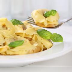 Italienische Küche Tortellini Nudeln essen mit Gabel auf Teller