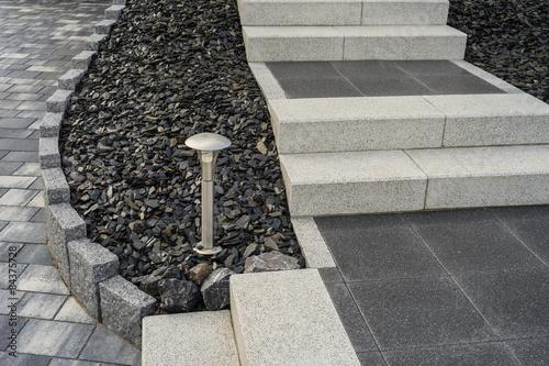 Moderner Steingarten mit Steintreppe und Außenbeleuchtung ...