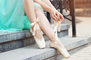 Танцы. Красивая молодая балерина