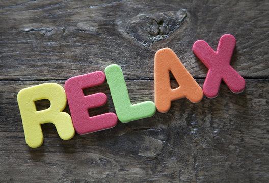 mot relax en lettres colorées