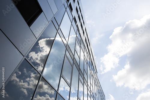 wolken spiegeln sich in fassade aus glas stockfotos und lizenzfreie bilder auf. Black Bedroom Furniture Sets. Home Design Ideas