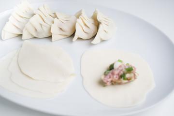Asiatische Teigtaschen auf Teller, selbstgemacht