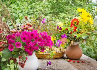 Herbstblumen, Herbstdekoration auf der Terrasse