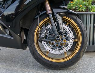 Motorbike front wheel with disc break