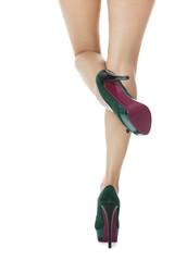 Attraktive weibliche Beine mit grünen Stilettos High Heels als