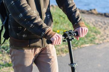 Foto op Plexiglas Young man in casual wear on kick scooter in park