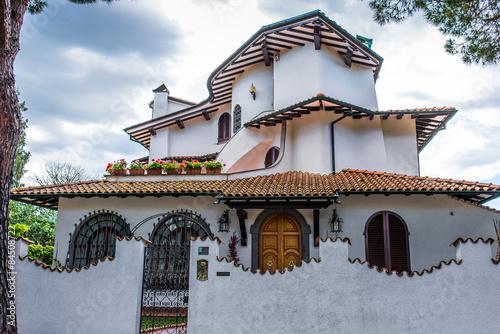 Villa signorile moderna bianca ingresso cancello siepe for Interno ville foto
