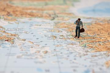 Geschäftsreise Reisender mit Gepäck auf Landkarte