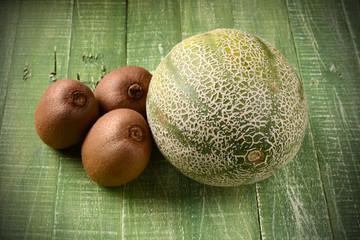 melone e kiwi sul tavolo verde