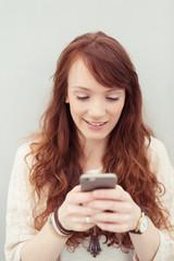 junge frau schreibt eine sms