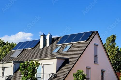 einfamilienhaus mit thermischer solaranlage stockfotos. Black Bedroom Furniture Sets. Home Design Ideas