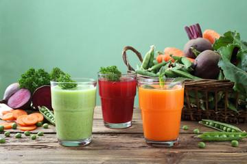 frullati colorati con verdure fresche sfondo verde