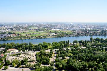Blick über Wien mit Donaupark und Alte Donau