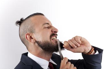 Ejecutivo hipster cortándose la barba