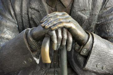 manos cruzadas agarrando un baston