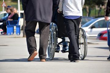 empujando una silla de ruedas