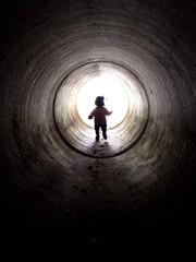 トンネルの中の子供