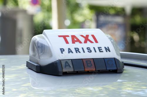 taxi parisien photo libre de droits sur la banque d 39 images image 84683528. Black Bedroom Furniture Sets. Home Design Ideas