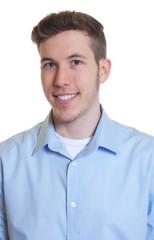 Bewerbungsfoto eines jungen Mannes im hellblauen Hemd