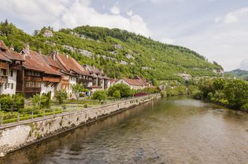 Saint-Ursanne, St-Ursanne, Stadt, historische Altstadt, Doubs, Uferweg, Fluss, Jurakette, Schweiz
