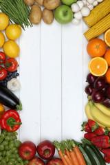 Rahmen aus Gemüse und Früchte wie Tomate, Apfel, Orange mit Te