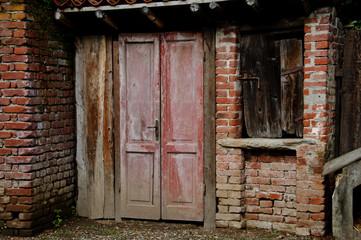 piccola porta rosa dei una fattoria
