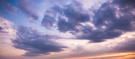 Wolkenhimmel in der Dämmerung