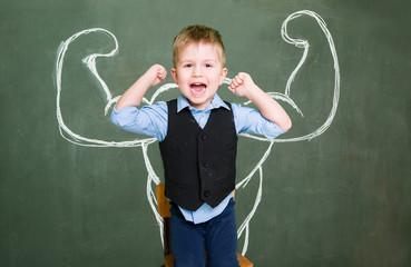 Kleiner Jung mit Kraft und Muskeln