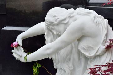 Trauer - weiße Frau mit Rose