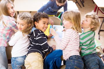 Kinder verschiedener nationen lernen zusammen