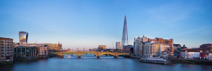 Photo sur Plexiglas Londres Panoramic view of London, Shard, Tower Bridge and Globe theatre