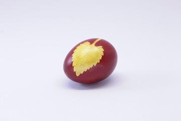 пасхальные яйца на тарелке
