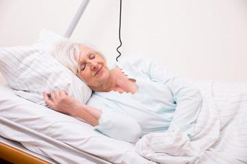 Seniorin beim schlafen im Krankenhaus