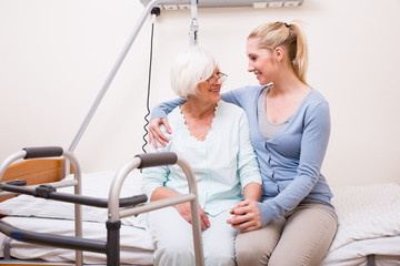 Seniorin mit Frau im Krankenhaus