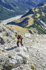 Frau wandert im Hochgebirge
